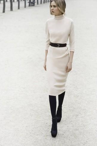 Cómo combinar: medias de lana negras, cinturón de cuero negro, sandalias de tacón de ante negras, vestido jersey en beige