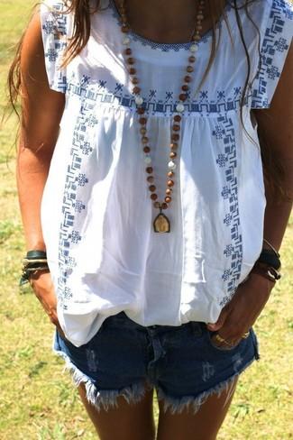 Cómo combinar: pulsera verde oscuro, colgante marrón, pantalones cortos vaqueros desgastados azules, blusa campesina bordada en blanco y azul