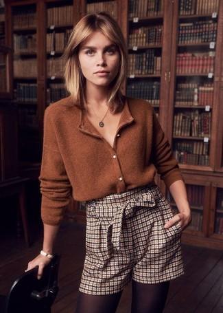 Combinar unos pantalones cortos: Este combo de un cárdigan marrón y unos pantalones cortos te permitirá mantener un estilo cuando no estés trabajando limpio y simple.