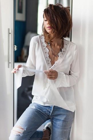 Cómo combinar: colgante plateado, vaqueros desgastados celestes, blusa de manga larga de encaje blanca