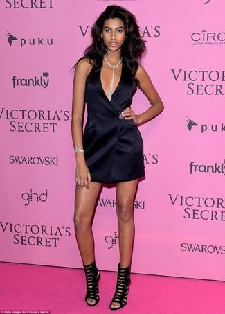 Cómo combinar: pulsera transparente, colgante transparente, sandalias de tacón de ante negras, vestido de esmoquin de seda negro