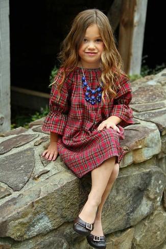 Cómo combinar: collar azul, bailarinas en marrón oscuro, vestido de tartán rojo