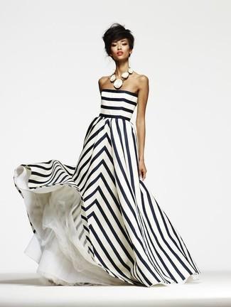 Cómo combinar: collar blanco, vestido de noche de rayas verticales en blanco y negro