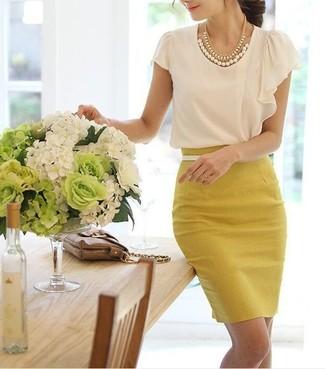 5b2c3e37c Cómo combinar una falda lápiz amarilla con una blusa de manga corta ...