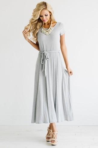 Cómo combinar: collar de perlas blanco, sandalias de tacón de cuero en beige, vestido largo plisado gris