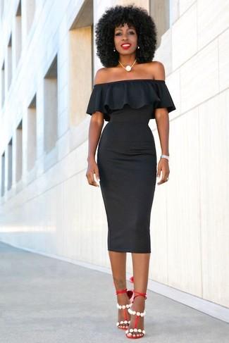 Cómo combinar: collar de perlas blanco, sandalias de tacón de cuero rojas, vestido ajustado negro