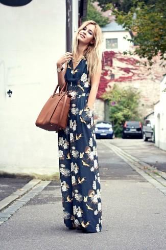 Cómo combinar: collar dorado, bolsa tote de cuero marrón, mono con print de flores azul marino