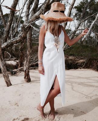 Cómo combinar: pulsera plateada, collar en beige, sombrero de paja marrón claro, vestido cruzado de lino blanco