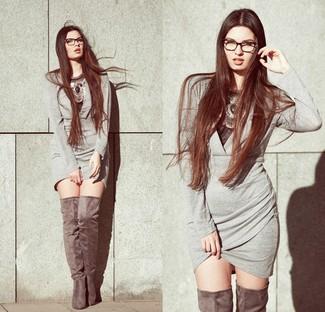 Combinar un collar plateado: Emparejar un vestido ajustado gris junto a un collar plateado es una opción excelente para el fin de semana. Agrega botas sobre la rodilla de ante grises a tu apariencia para un mejor estilo al instante.