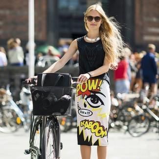 Combinar una falda lápiz estampada en blanco y negro: Empareja una blusa sin mangas negra junto a una falda lápiz estampada en blanco y negro para una vestimenta cómoda que queda muy bien junta.