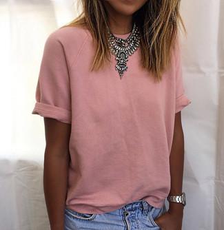 Cómo combinar: reloj plateado, collar plateado, pantalones cortos vaqueros celestes, camiseta con cuello circular rosada