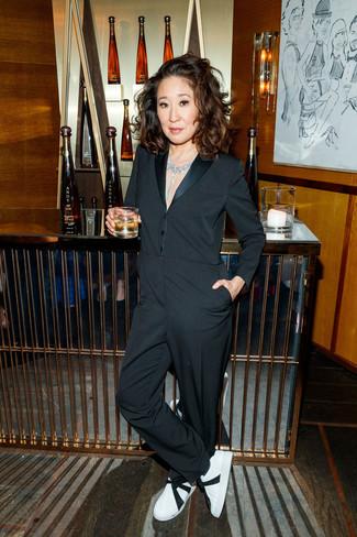 Outfits mujeres: Para un atuendo que esté lleno de caracter y personalidad elige un mono negro. Completa el look con tenis de cuero en blanco y negro.