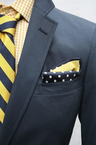 Combinar un blazer en gris oscuro: Si buscas un look en tendencia pero clásico, ponte un blazer en gris oscuro y una camisa de manga larga de cuadro vichy amarilla.
