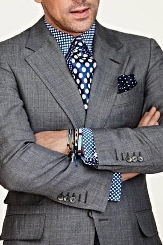 Cómo combinar: pañuelo de bolsillo a lunares en azul marino y blanco, corbata de seda a lunares azul, camisa de vestir a lunares azul, blazer gris
