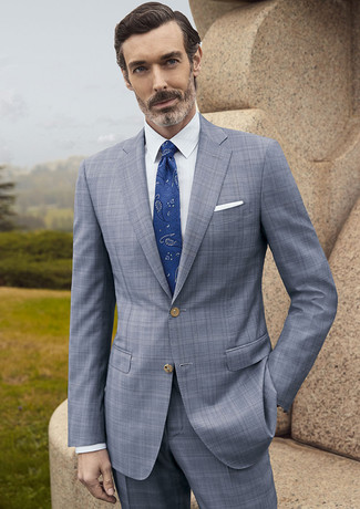 Cómo combinar: pañuelo de bolsillo blanco, corbata de paisley azul, camisa de vestir blanca, traje de tartán gris