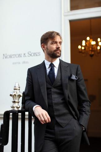 Cómo combinar: pañuelo de bolsillo a lunares en negro y blanco, corbata azul marino, camisa de vestir blanca, traje de tres piezas de rayas verticales negro