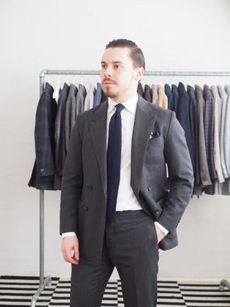 Cómo combinar: pañuelo de bolsillo azul marino, corbata azul marino, camisa de vestir blanca, traje de rayas verticales en gris oscuro
