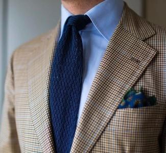 Cómo combinar: pañuelo de bolsillo con print de flores azul marino, corbata de punto azul marino, camisa de vestir celeste, blazer de tartán marrón claro