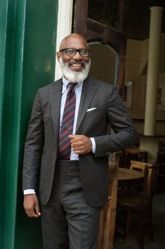 Cómo combinar: pañuelo de bolsillo blanco, corbata de rayas horizontales azul marino, camisa de vestir celeste, traje de lana en gris oscuro