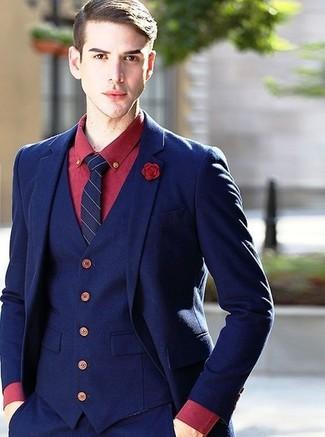 Cómo combinar: broche de solapa rojo, corbata de rayas verticales azul marino, camisa de vestir roja, traje de tres piezas azul marino