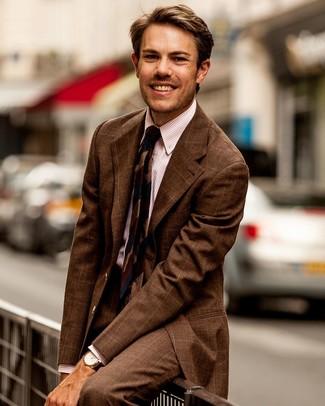 Cómo combinar: reloj de cuero marrón, corbata de rayas horizontales azul marino, camisa de vestir de rayas verticales rosada, traje a cuadros marrón