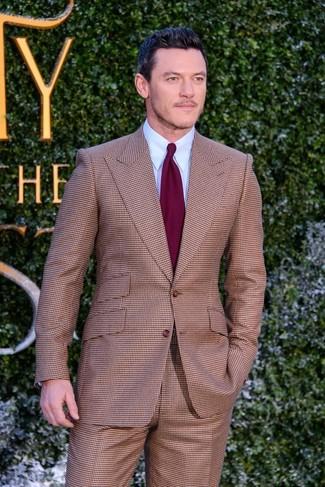 Combinar un traje a cuadros marrón: Considera ponerse un traje a cuadros marrón y una camisa de vestir celeste para un perfil clásico y refinado.