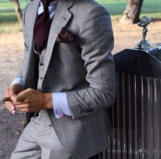 Cómo combinar: pañuelo de bolsillo burdeos, corbata burdeos, camisa de vestir celeste, traje de tres piezas gris