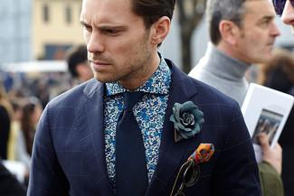 Cómo combinar: pañuelo de bolsillo estampado naranja, corbata azul marino, camisa de manga larga con print de flores azul, blazer a cuadros azul marino