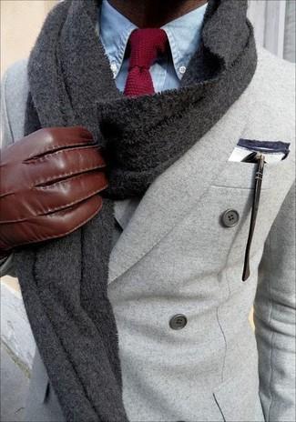Cómo combinar: bufanda de punto en gris oscuro, corbata de punto burdeos, camisa de vestir de cambray celeste, blazer cruzado de lana gris