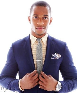 Cómo combinar: pañuelo de bolsillo de tartán azul marino, corbata gris, camisa de vestir de rayas horizontales amarilla, blazer de tartán azul marino