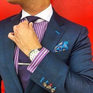 Cómo combinar: pañuelo de bolsillo estampado azul, corbata a lunares morado oscuro, camisa de vestir de rayas verticales morado, blazer a cuadros azul marino