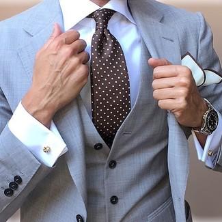 Cómo combinar: pañuelo de bolsillo blanco, corbata a lunares en marrón oscuro, camisa de vestir blanca, traje de tres piezas gris