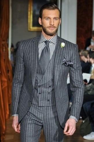 Cómo combinar: pañuelo de bolsillo de seda en gris oscuro, corbata en gris oscuro, camisa de vestir de cuadro vichy en negro y blanco, traje de tres piezas de rayas verticales gris
