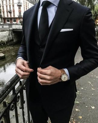Combinar un traje de tres piezas negro: Empareja un traje de tres piezas negro con una camisa de vestir de rayas verticales gris para un perfil clásico y refinado.