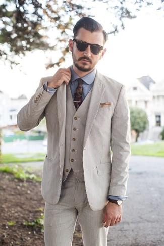 Cómo combinar: pañuelo de bolsillo en beige, corbata con print de flores en multicolor, camisa de vestir de cambray azul, traje de tres piezas de seersucker en beige