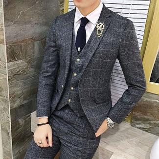 Cómo combinar: broche de solapa dorado, corbata azul marino, camisa de vestir blanca, traje de tres piezas a cuadros en gris oscuro