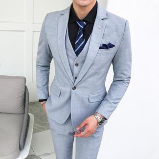 Cómo combinar: pañuelo de bolsillo azul marino, corbata de rayas horizontales azul marino, camisa de vestir negra, traje de tres piezas a cuadros celeste