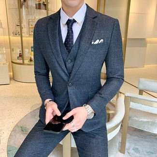 Cómo combinar: pañuelo de bolsillo blanco, corbata estampada azul marino, camisa de vestir celeste, traje de tres piezas de lana azul marino