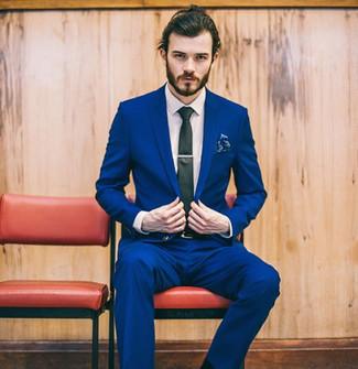 Cómo combinar: pañuelo de bolsillo con print de flores azul, corbata negra, camisa de vestir blanca, traje azul