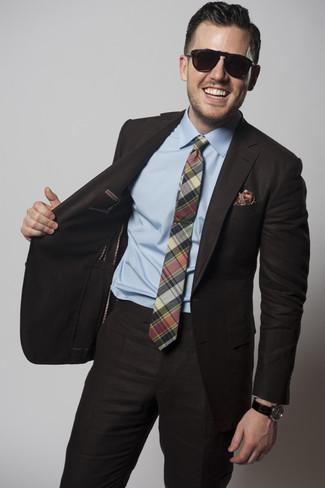 Cómo combinar: pañuelo de bolsillo estampado rojo, corbata de tartán verde, camisa de vestir celeste, traje en marrón oscuro