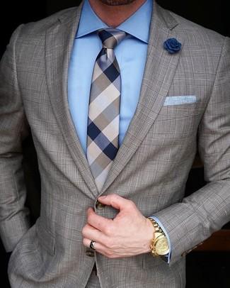 Combinar un traje a cuadros marrón: Haz de un traje a cuadros marrón y una camisa de vestir celeste tu atuendo para rebosar clase y sofisticación.