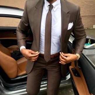 Combinar una corbata a lunares marrón: Considera ponerse un traje marrón y una corbata a lunares marrón para una apariencia clásica y elegante.