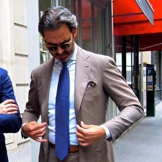 Cómo combinar: pañuelo de bolsillo estampado marrón, corbata a lunares azul, camisa de vestir celeste, traje marrón
