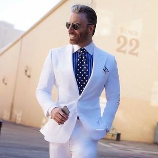 Cómo combinar: pañuelo de bolsillo blanco, corbata a lunares en azul marino y blanco, camisa de vestir de rayas verticales en blanco y azul, traje blanco