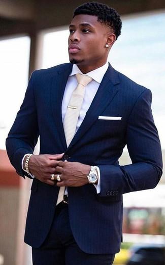 Cómo combinar: pañuelo de bolsillo blanco, corbata en beige, camisa de vestir blanca, traje de rayas verticales azul marino