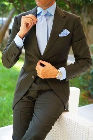 Cómo combinar: pañuelo de bolsillo celeste, corbata celeste, camisa de vestir celeste, traje en gris oscuro