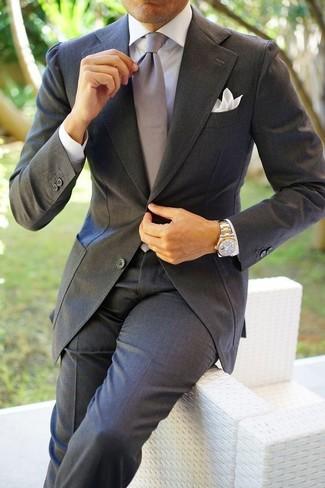 Cómo combinar: pañuelo de bolsillo blanco, corbata de seda gris, camisa de vestir blanca, traje en gris oscuro