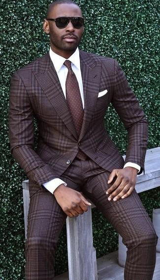 Cómo combinar: pañuelo de bolsillo blanco, corbata a lunares en marrón oscuro, camisa de vestir blanca, traje de tartán en marrón oscuro