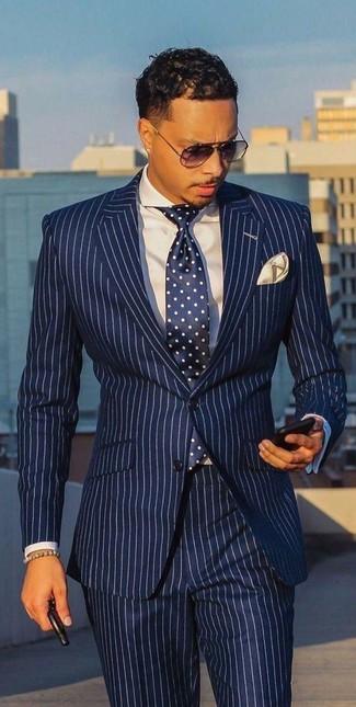 Cómo combinar: pañuelo de bolsillo en beige, corbata a lunares en azul marino y blanco, camisa de vestir blanca, traje de rayas verticales en blanco y azul marino