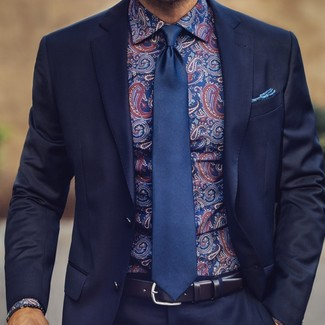Cómo combinar: pañuelo de bolsillo estampado azul, corbata de seda azul marino, camisa de vestir de paisley azul marino, traje azul marino